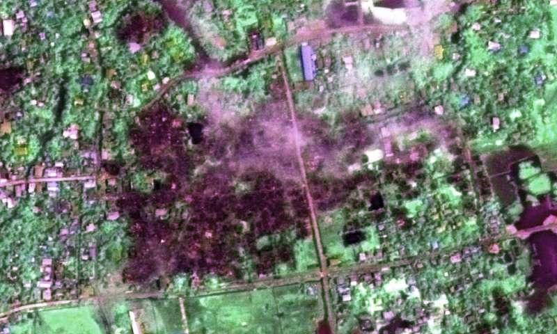 2017年9月2日緬甸村莊的衛星照片,可見焚毀的村莊與濃煙。(AP)