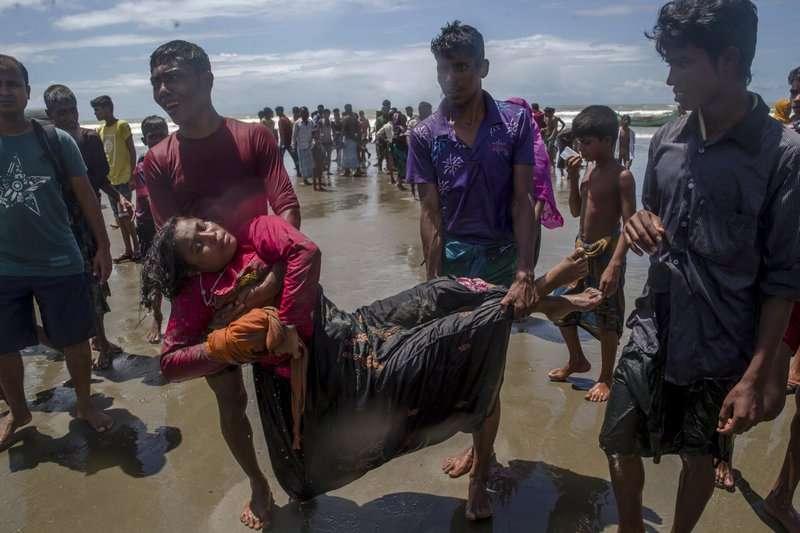 羅興亞人正拯救一名遭遇船難,無意識的女子。(AP)