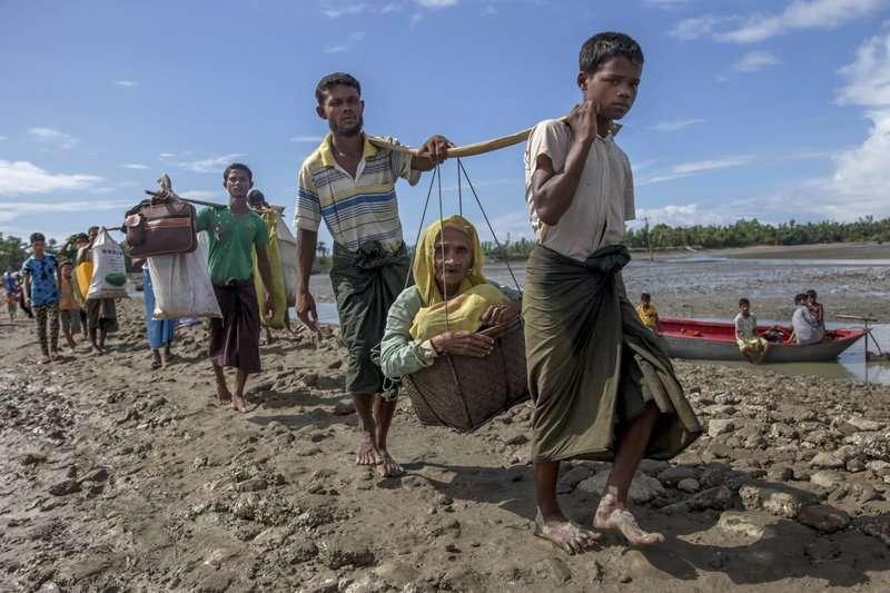 羅興亞人帶著家當,逃至孟加拉。(AP)