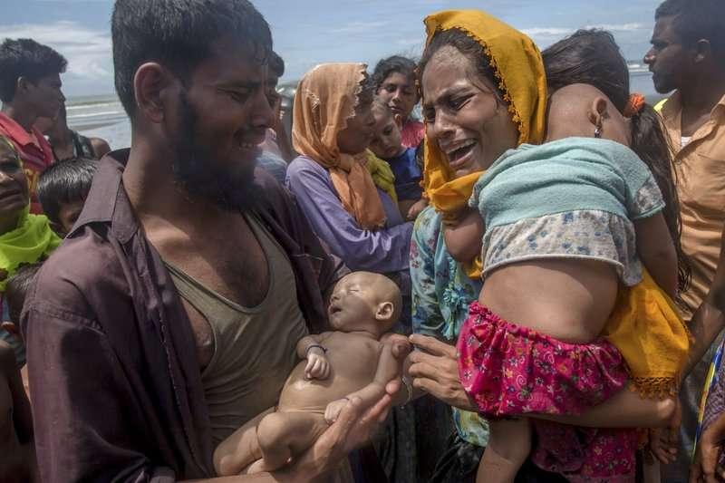 羅興亞夫妻14日逃難時遭遇船難,孩童因此喪生,讓兩人當場痛哭。(AP)