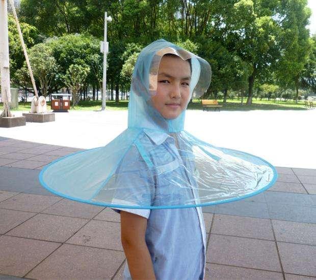 網友認為,要穿著「飛碟雨衣」在外走,恥力要很夠。(取自網路)