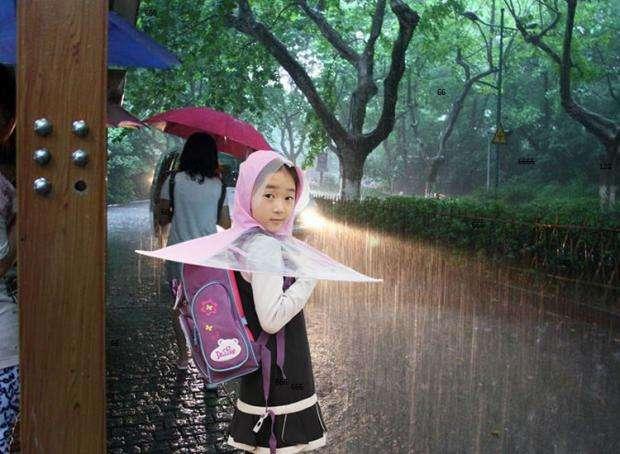 中國「飛碟雨衣」近來在網路熱賣,受到家長喜愛,號稱是「祖國的花朵專用雨衣」。(取自網路)