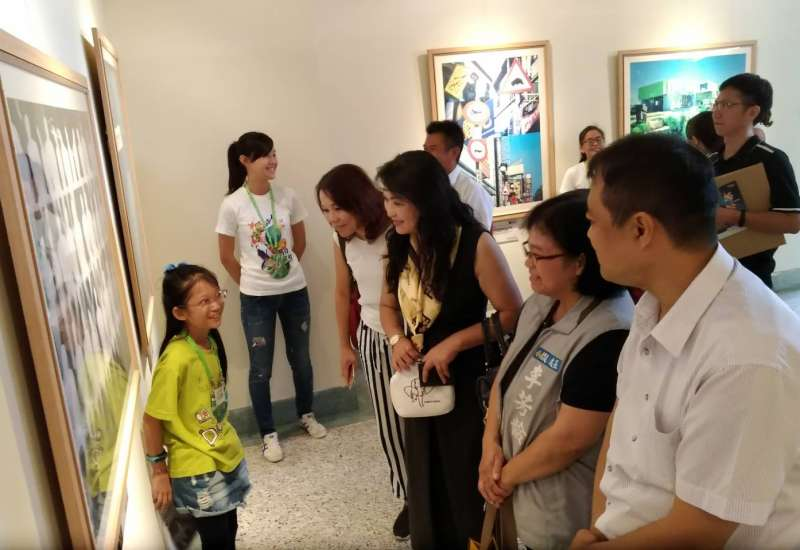 導覽小尖兵們以流利口條,大方說明展覽內容,深獲現場來賓的肯定。(圖/新竹市政府提供)
