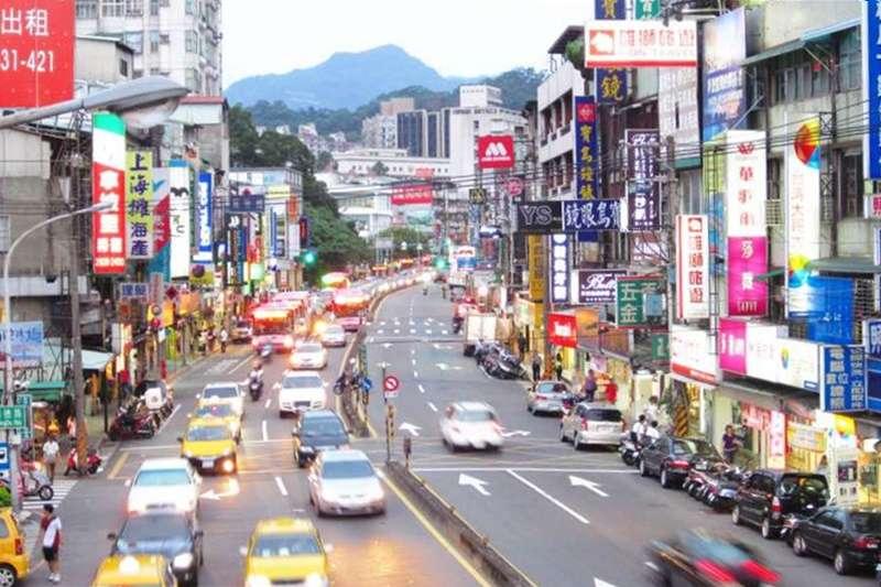 薪水普遍不高、物價卻飛漲,在台灣生活的壓力究竟多大?(示意圖/Ken Marshall@Flickr)