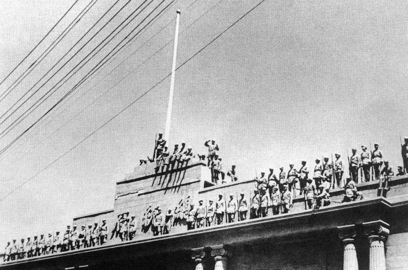 1949年解放軍第35軍佔領南京總統府,圖為35軍隨軍記者鄒健東拍攝。(維基百科)