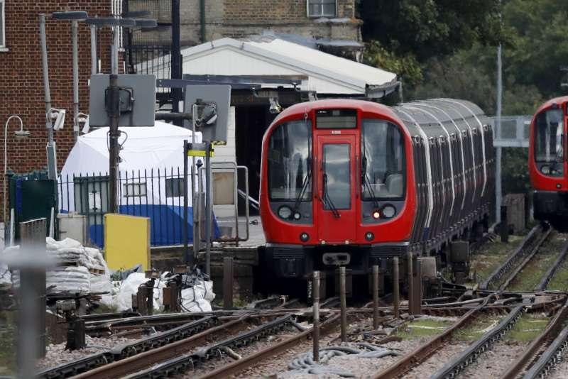 英國倫敦地鐵帕森綠地站15日發生恐攻爆炸,這是出事的火車(AP)
