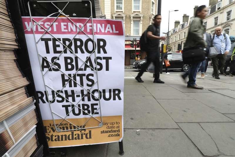 英國倫敦地鐵帕森綠地站15日發生恐攻爆炸,帕丁頓地鐵站外頭的一間書報攤展示今天頭條(AP)