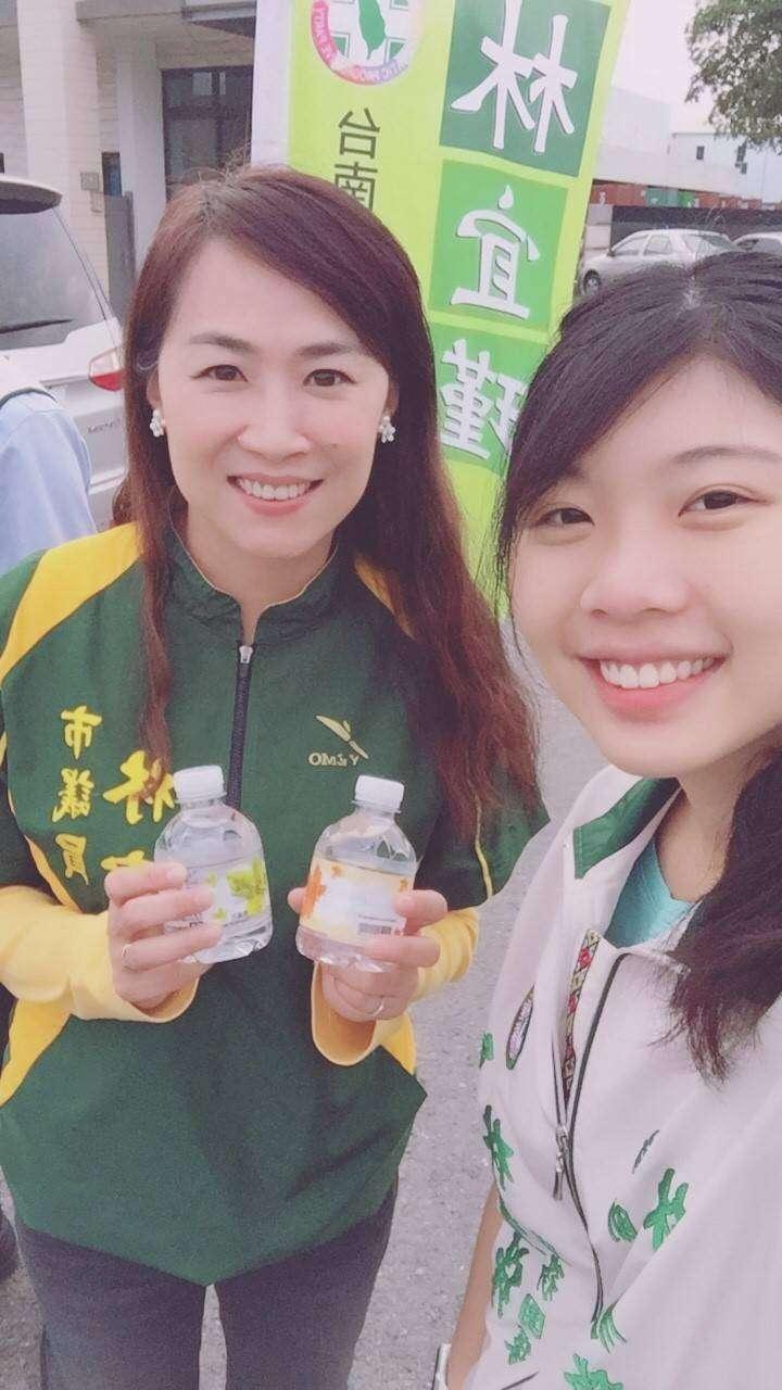 民進黨議員林宜瑾(左)特助林易瑩(右)近日閃電易幟接下時代力量台南幹部,成為首位公開跳槽時代力量的民進黨成員。(林宜瑾服務處提供)