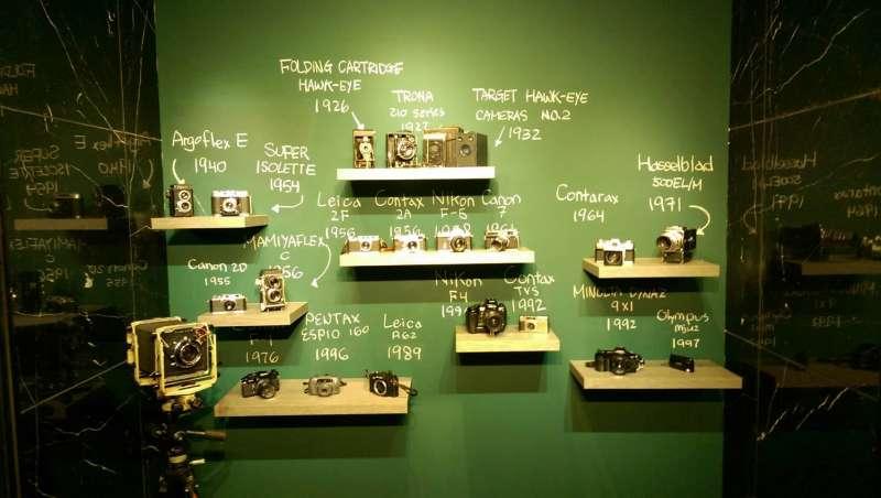 資深攝影師涂寬裕在展場使用3款不同年代的頂級相機,介紹攝影媒材進化史。(取自新板藝廊臉書)