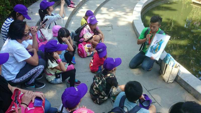 親子組搭配繪本說故事方式導覽解說,讓兒童能夠更加了解台北古蹟故事。(資料照,台北市政府提供)