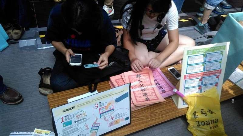 民眾聚集在台北車站大廳,準備為「移工公投」投下選票,爭取東南亞移工對相關政策的話語權。(取自移工公投 Migrant Workers Referendum 臉書)