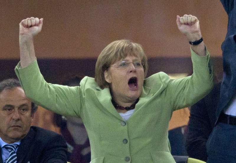 2012年歐冠盃足球賽,德國在決賽4:2擊敗希臘,梅克爾振臂歡呼。(美聯社)