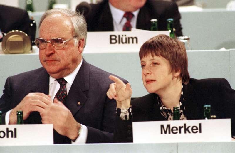 梅克爾與她的政治啟蒙導師柯爾。(美聯社)