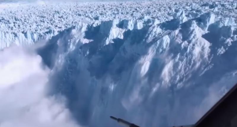 這絕非虛擬場景,而是冰山崩落的真實狀況。(圖/擷取自Youtube)