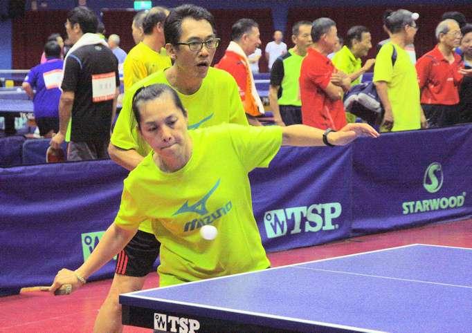 資歷豐富的前國手陳秋丹(前)、馮潤賓也聯手搭檔參加全國樂活盃比賽。(圖/高雄市體育處提供)