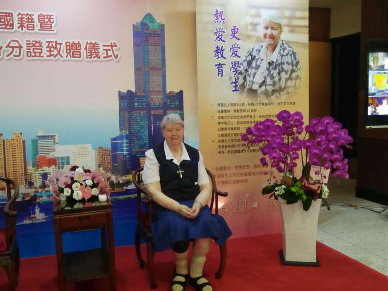 麥蕾修女表示,這是她生命中最特別的一天,雖然才剛拿到身分證,但她早已覺得自己是臺灣人,高雄就是她的家。(圖/龔傑森攝)