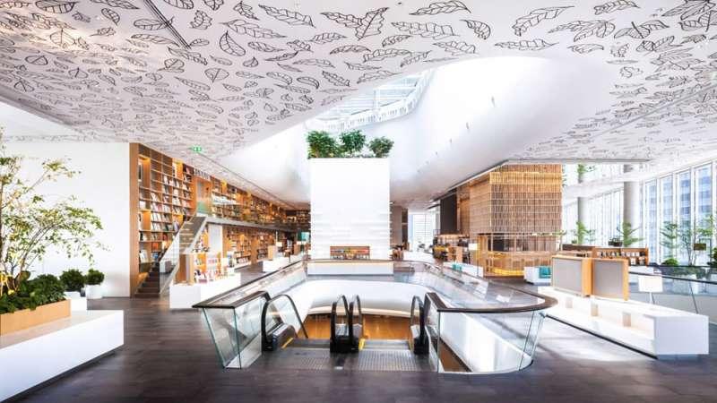 建築團隊在白色天花板手繪9600張葉子。(圖/瘋設計提供)