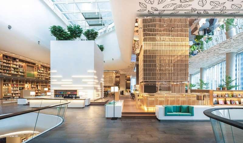 藝廊座落在書店中心,外觀為純粹的白色。(圖/瘋設計提供)