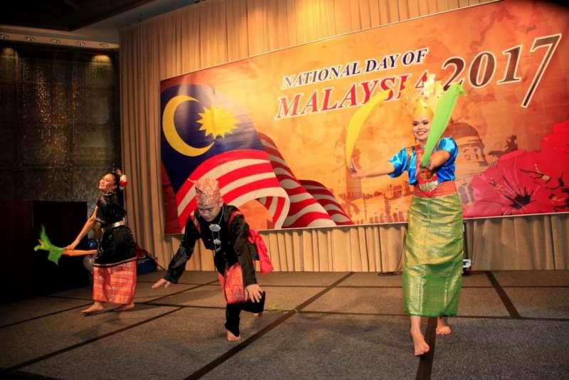 這場慶典酒會中有專程自砂勞越古晉而來的Teresang Kenyalang Entertainment舞蹈團,表演了大馬原住民族的傳統舞蹈。(圖/馬來西亞觀光局提供)
