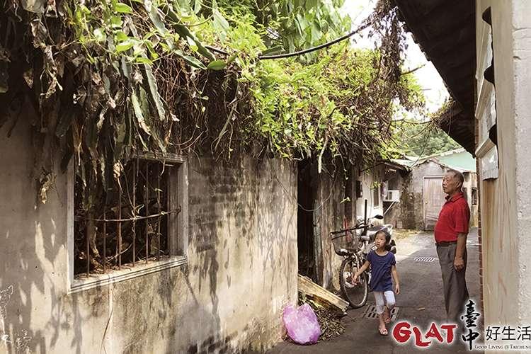 區內各式民宅錯落分布,巷弄狹小曲折,兩旁有些老宅已無人居住(圖/台中好生活提供)