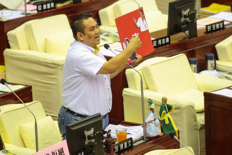 20170920-國民黨市議員陳重文20日於台北市議會質詢,手持柯神P.K.賴神的手板,詢問柯文哲是否要硬起來。(顏麟宇攝)
