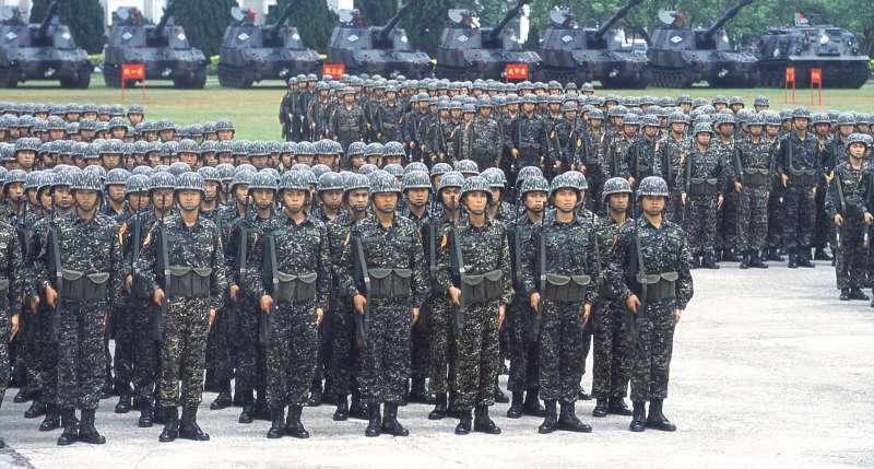 明年主計局編列薪資的人數,首度低於國防部先前宣稱的國軍維持戰力所需最低人數。(新新聞資料照)