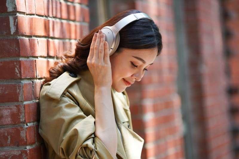 """噪耳罩式耳機Sony WH-1000XM2  智慧降噪  純""""靜""""動聽。(圖/Sony提供)"""