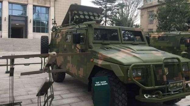 解放軍在新展覽中展示了能夠作為發射自殺無人機群的移動裝甲車。(BBC中文網)