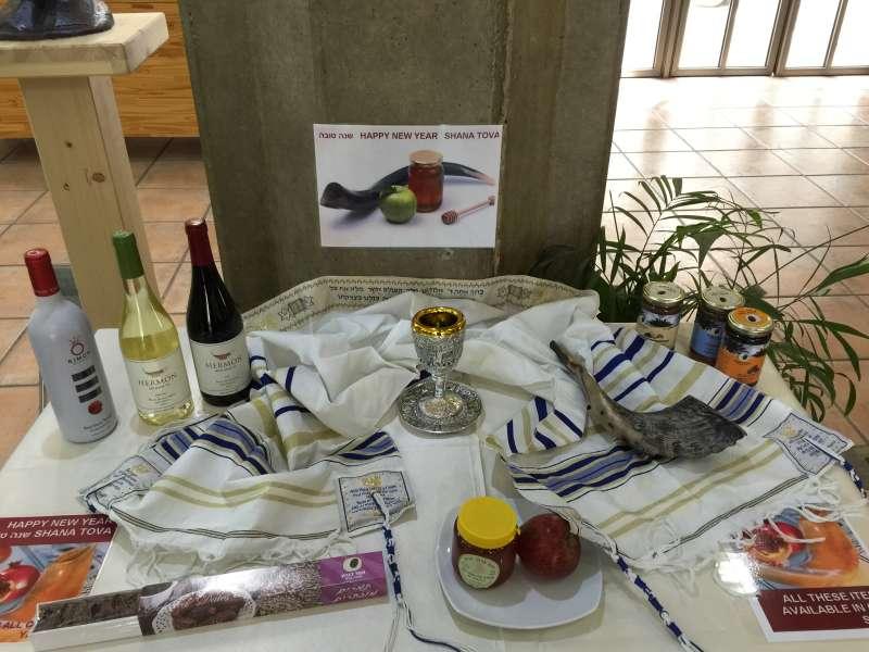 猶太新年的必備食物和物品,包括蘋果與蜂蜜、葡萄酒與號角(簡恒宇攝)