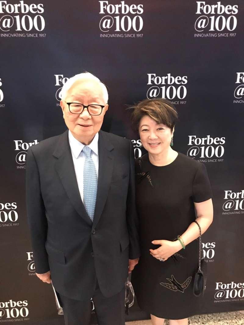張忠謀董事長與董事長夫人張淑芬女士連袂出席富比世雜誌全球百大最偉大商 業思想家活動。(台積電提供)