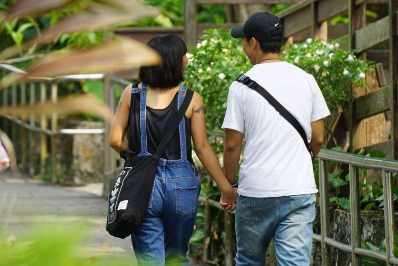 20170923-風數據,通姦除罪化專題配圖,男女情侶牽手。(盧逸峰攝)