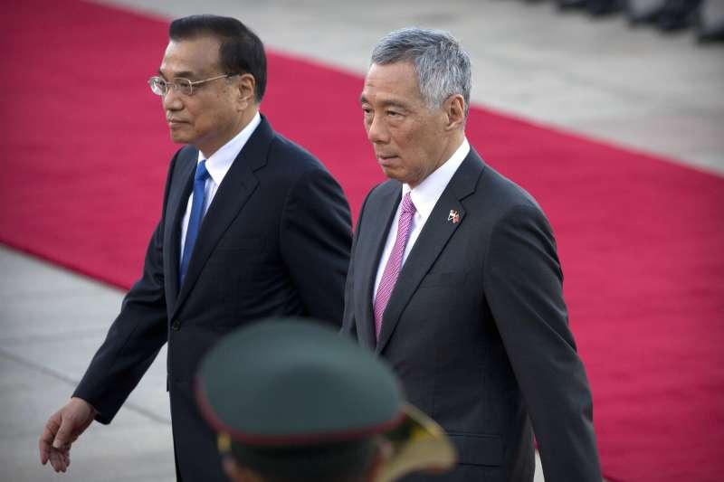 新加坡總理李顯龍(右)2017年9月訪問中國,會晤中國國務院總理李克強。(美聯社)