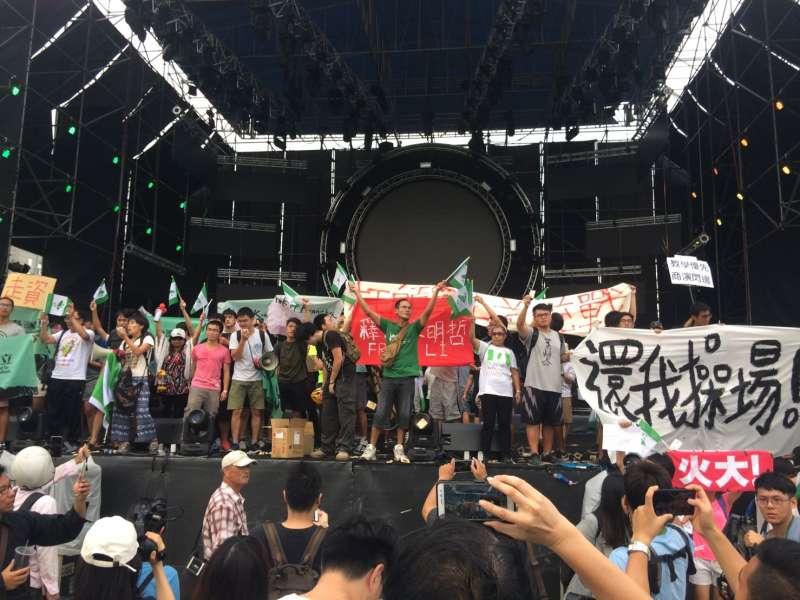 2017-09-24-台灣大學舉辦「中國新聲音」歌唱選拔會,抗議學生、社運團體進入舞台前高舉標語02。(謝孟穎攝)