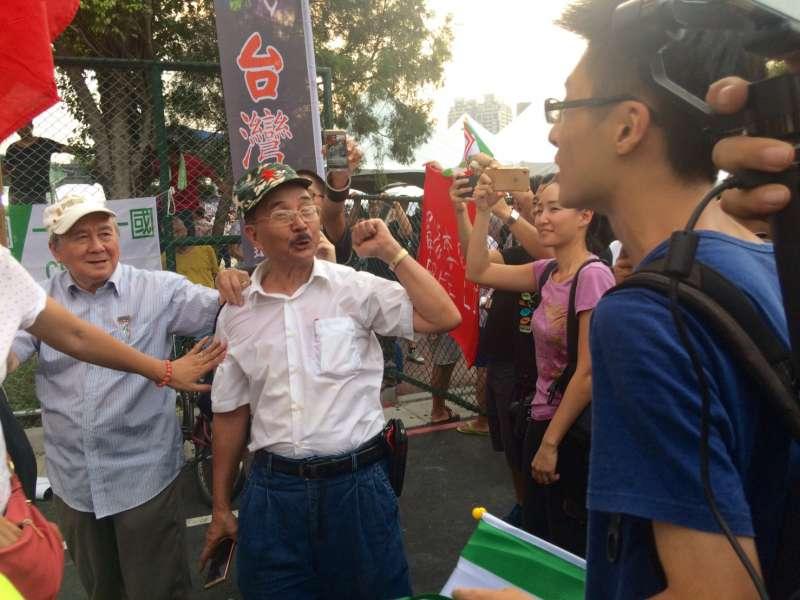 2017-09-24-台灣大學舉辦「中國新聲音」歌唱選拔會,愛國同心會與場外民眾發生衝突03。(謝孟穎攝)
