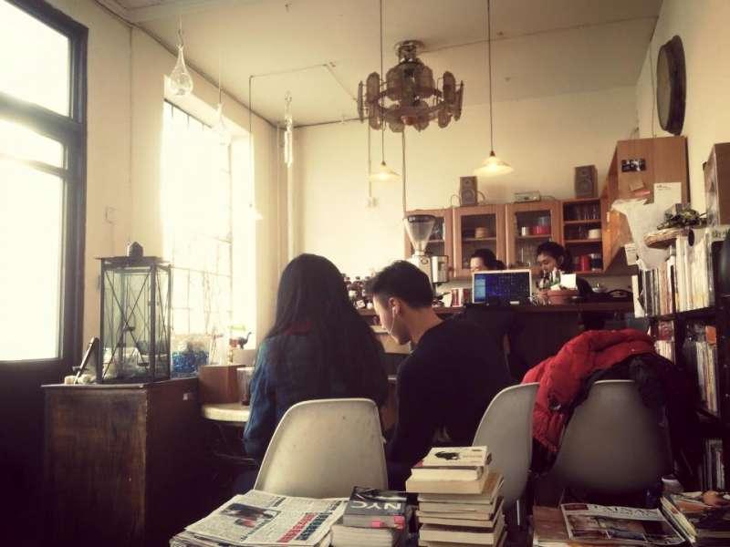 繁體字咖啡館店內擺放著許多古舊式的沙發、椅子、板凳與書桌。(取自繁體字咖啡館)