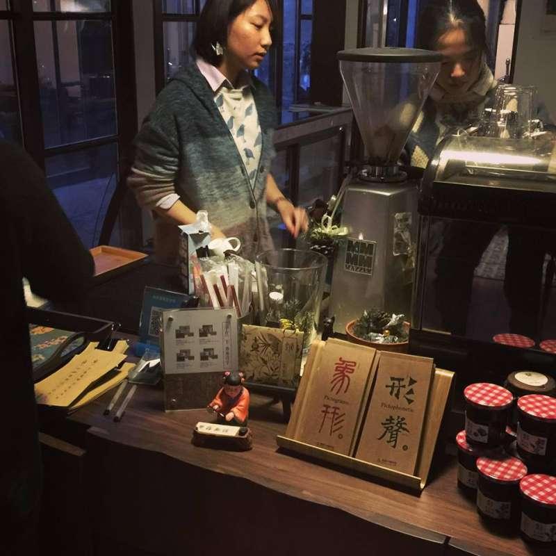 由於對中文情有獨鍾,繁體字咖啡館創辦人李雪莉也會親自在店內教客人學習繁體字,也提供紙條讓顧客練字。(取自繁體字咖啡館)