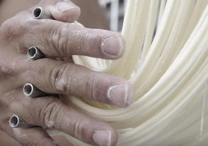 粗糙手中夾著四根「麵桿」,這是最傳統的作法,不過因為太過費力,目前已不再使用。