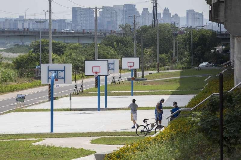 新竹市頭前溪高灘地景觀增設2座籃球場、遊具等休憩公共設施。(圖/新竹市政府提供)