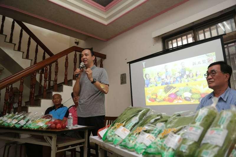 新北市長朱立倫25日出席雲林、嘉義地區有機蔬果拍賣說明會與在地小農座談。(圖/新北市政府提供)