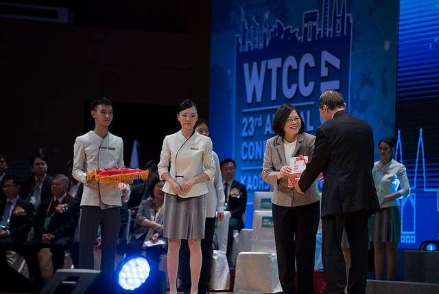 20170925--蔡英文出席「世界台灣商會聯合總會第23屆年會」,表示布局全球、投資臺灣是我們不變的兩大目標。(總統府提供)