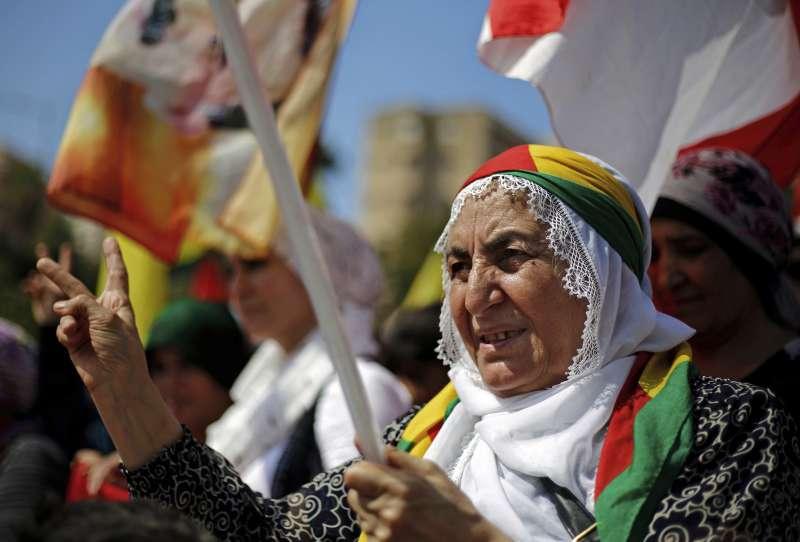 伊拉克庫德族獨立公投,庫德民眾持旗幟上街表示支持。(美聯社)