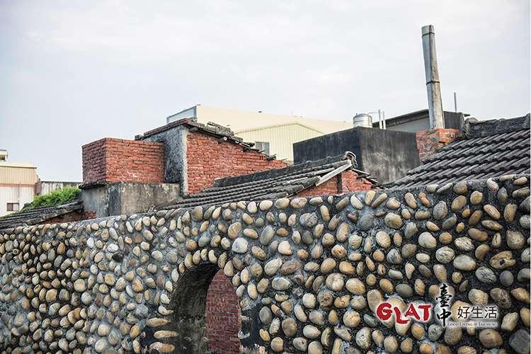 當地居民利用卵石摻雜螺殼,砌成人高的土牆,這是海口人的智慧。(圖/台中好生活提供)