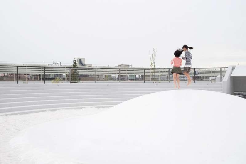 戶外圓形空間設有白色彈跳床。(圖/取自Dezeen,瘋設計提供)