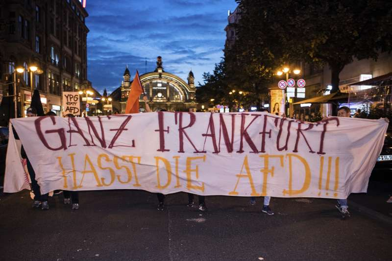 2017年9月德國大選,極右派政黨AfD強勢進軍國會,許多民眾走上街頭抗議,這幅標語寫的是「法蘭克福憎恨AfD」。(AP)