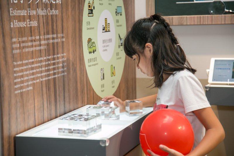 展場設置投影、RFID等互動裝置,讓孩子們可用輕鬆的方式學習節能知識。(圖/台達提供)