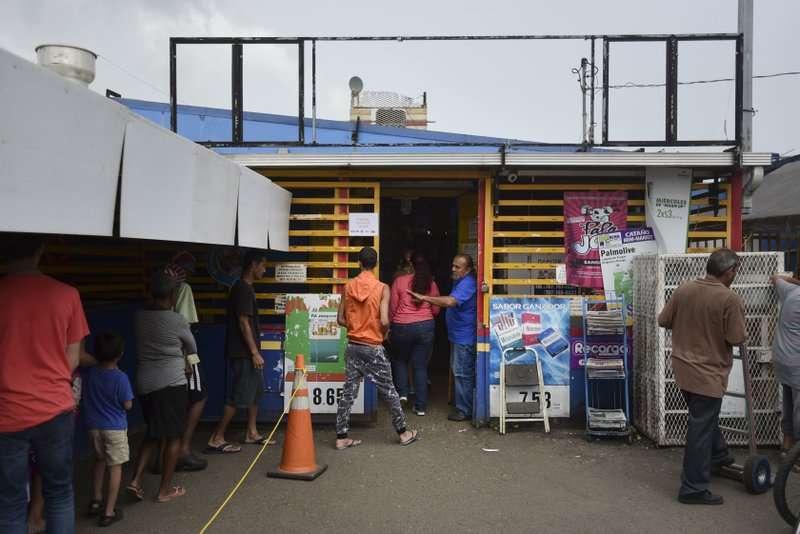 波多黎各遭到颶風重創,超市物資缺乏,民眾排隊搶購。(美聯社)