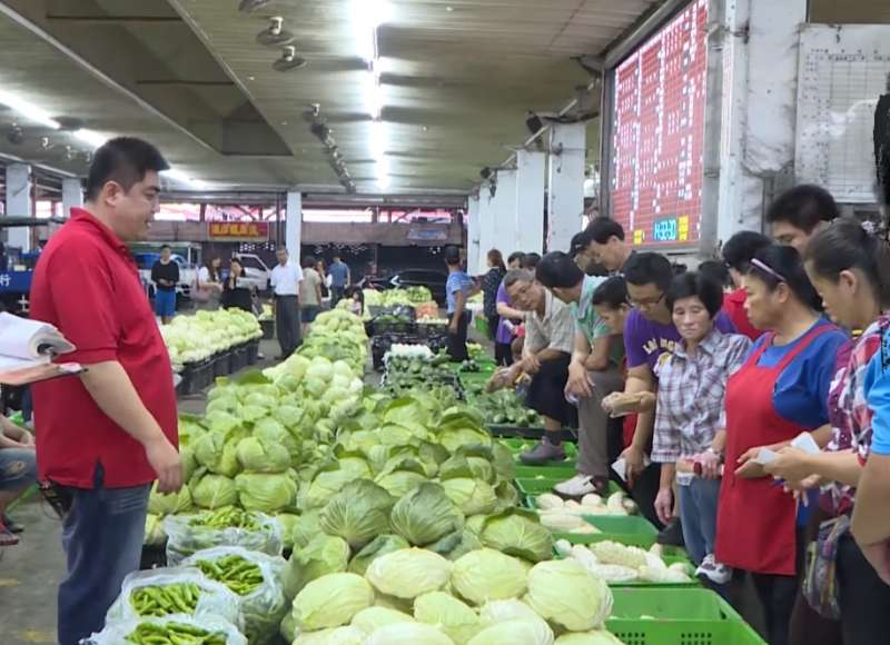 市場裡每天有近千籠菜要賣,搞懂每樣菜的市場行情,也是大哥們的重要工作之一。