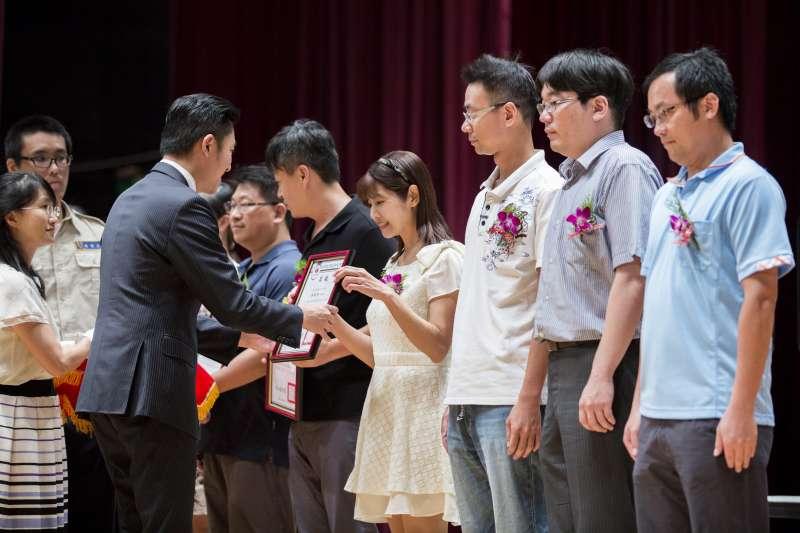 竹市358位優良教師28日齊聚新竹市文化局演藝廳,站上教師節表揚大會接受表揚。(圖/新竹市政府提供)