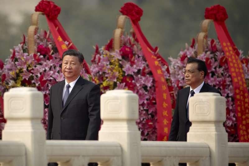 9月30日是中國的「烈士紀念日」,中共領導人習近平、李克強上午在北京天安門廣場參加向人民英雄敬獻花籃儀式。(AP)