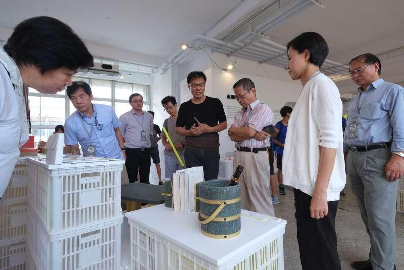 南風館策展人唐草設計的胡佑宗老師針對展品進行導覽。(圖/台南市文化局提供)